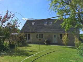 Cotswold Cottage in Picturesque Village Setting