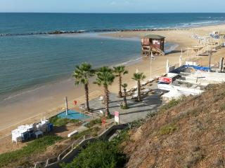 On The Beach Room - premium Location, Bat Yam