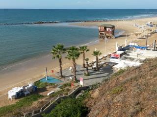 On The Beach Room - premium Location, Bat Yam