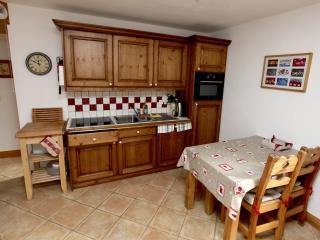 Fully equipped, modern kitchen with seating for five at the kitchen table