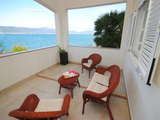 Family apartment 20 meters from the sea, Arbanija