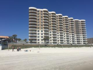 Gorgeous Ocean Front Condo - 2000 sq ft, Daytona Beach