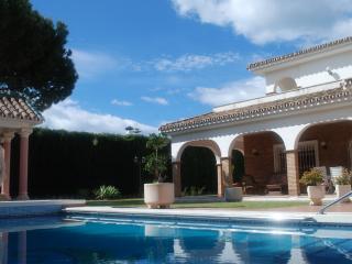 Villa de estilo clásico, jardín y piscina privados, Arroyo de la Miel
