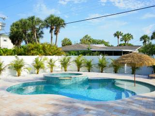 Chic~ Pet Friendly~ Brand New Heated Pool/Spa, Holmes Beach