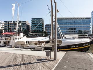 Kuscheliges, warmes Hausboot in der Hafencity, Hamburg