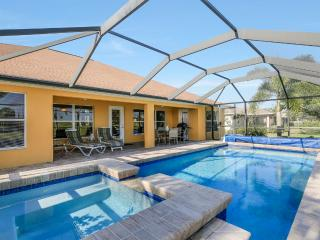 Villa Casa Calm  4 bdrm  sleeps 10  pool and spa-Fabulous Family Home!, Cape Coral