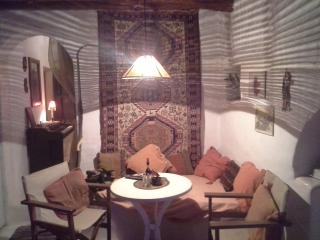 OLD TRADITIONAL .ARTISTIC HOME ,GOLDEN BEACH PAROS, Golden Beach