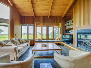Near Walk On Beach w/private hot tub & ocean views, dogs OK!, Sea Ranch