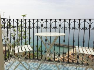 STUDIO BELLAVISTA overlooking the sea & sunset near lively piazza and beach, Pizzo
