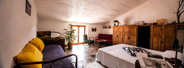 Camera da letto matrimoniale con lettino e zona lettura