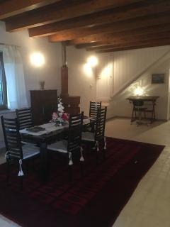 Il romantico angolo scrittoio con l'antica stufa in cotto