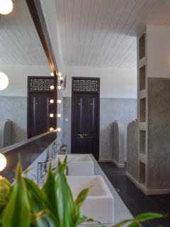 The large bathroom in the Kurundu Suite