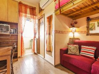 'CASA BELLA' in Rome! WIFI,10 min downtown by subway. Subway stop 3 minutes walk