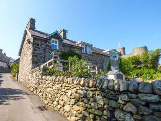 SNOWDON VIEW, stone cottage, woodburner, decked balcony, off road parking, in Ha