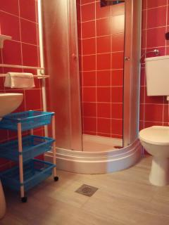 A2_Crveni (4+2): bathroom with toilet