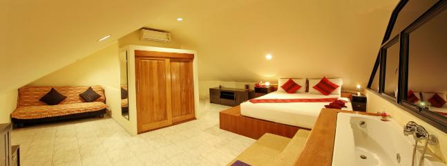 Big room with seaviex jacuzzi and sofa bed