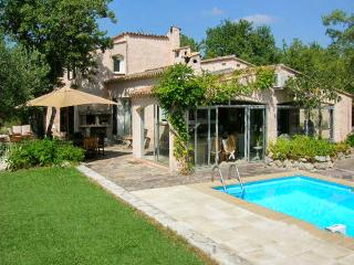Well-appointed house with pool, Bagnols-en-Forêt
