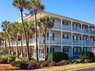 Adorable condo located just steps from the beach! Pool,hottub,grills & gulf view