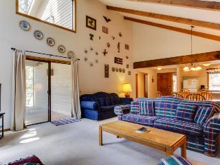 Cozy house w/private hot tub and lovely deck in natural setting! 8 SHARC passes!, Sunriver