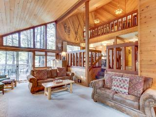 Cozy Sunriver cabin w/private hot tub & wood fireplace, SHARC passes!