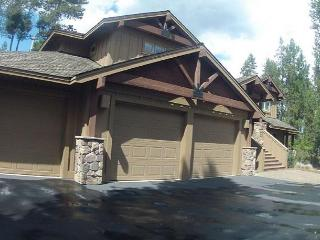 Spacious, warm house w/private hot tub, gourmet kitchen, SHARC passes!, Sunriver
