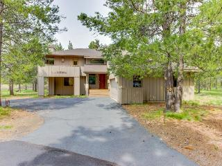 Modern home w/ private hot tub, central location, SHARC access - dogs ok!, Sunriver