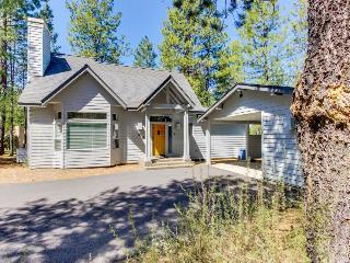 Cozy home in the pines w/ private hot tub - convenient location! 8 SHARC passes, Sunriver