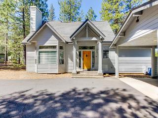 Cozy home in the pines w/ private hot tub - convenient location! 8 SHARC passes