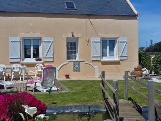 Quaint house with furnished terrace, Cleder