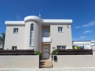 Sky Trees Villa - superb 4 bedroom villa with pool, Agios Georgios
