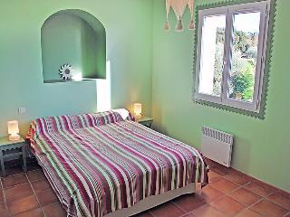 4 bedroom Villa in L'Isle-sur-la-Sorgue, Provence-Alpes-Côte d'Azur, France : re