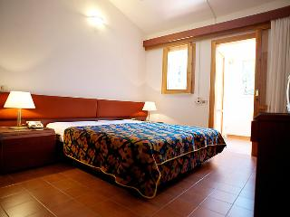 Apartment Sleeps 2 with Pool and WiFi - 5056194