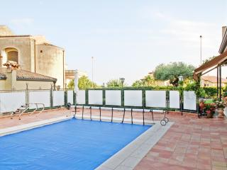Spacious bungalow with swimming pool, Viagrande