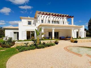 4 bedroom Villa in Alvor, Algarve, Portugal : ref 2022222, Figueira
