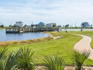 Beachy Galveston Condo, Private Balcony, Beach Club Access