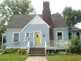 Blue Moon Cottage -114 Superior Street - Just a short walk to the beach!