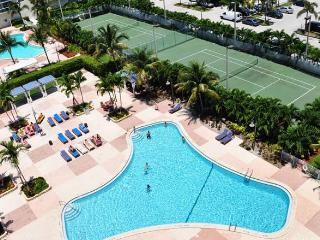 Amazing 1BR across the street from the Beach!, Sunny Isles Beach
