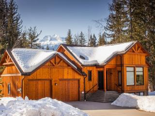 Mountain Gate Lodge: 2kms to the ski hill, Revelstoke