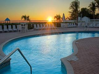 Lido Beach Resort Deluxe Kitchen, 2 double beds Newly Listed Beachfront, Sarasota