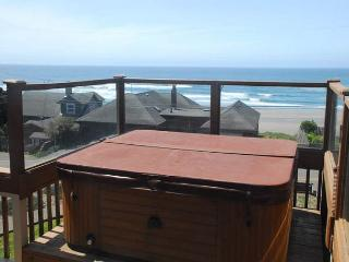 Amazing view, hot tub, WiFi, deck and giant yard!, Lincoln City