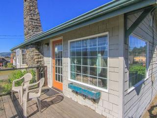 Charming, colorful 2-bedroom sleeps 6, sports a hot tub, and puts you steps f, Lincoln City