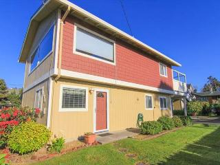 Central Location, Two Living Areas and Hot Tub Just a Block from Beach Access, Lincoln City