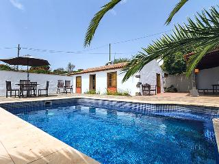 2 bedroom Villa with Pool, WiFi and Walk to Shops - 5043409