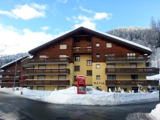 Klosters Platz: Ski and Hiking Apartment To Rent [Haus Rätia]