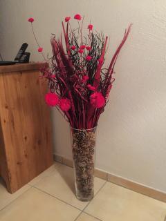 Decorative dried flower arrangement