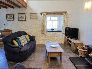 BWTHYN BACH, family friendly, luxury holiday cottage, with a garden in Newport,
