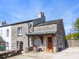 OAKWOOD FARM EAST, pet-friendly, period features, walks from the door, Burton in Kendal, Ref 930492, Burton-in-Kendal