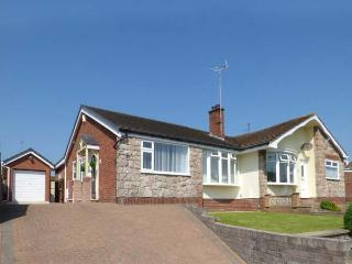 CWTCH COTTAGE spacious semi-detached bungalow, WiFi, patio, beach nearby, in, Deganwy