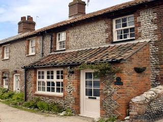WAVERLEY COTTAGE, WiFi, close to beach in East Runton, Ref 935404