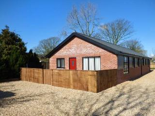 CEDAR COTTAGE, all ground floor, open plan, hot tub, private enclosed garden, nr Poulton-le-Fylde, Ref 936297